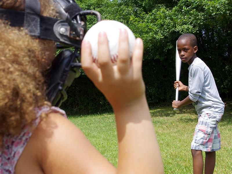 Enfants jouant au baseball en colonie de vacances anglaises cet été