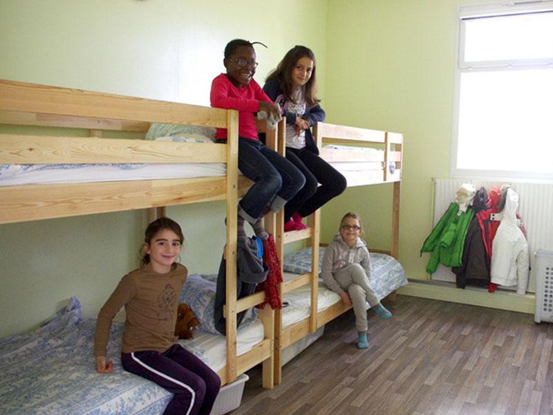enfants en colonie de vacances d'été dans un dortoir