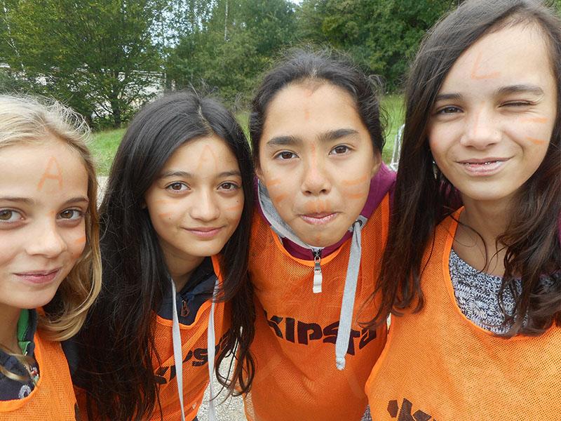 groupe d'adolescentes en tenue de sport en colonie de vacances anglaises