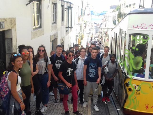 groupe d'ados devant le funiculaire au Portugal en colonie de vacances