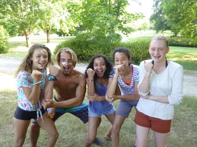 groupe d'ados heureux en colo au Portugal