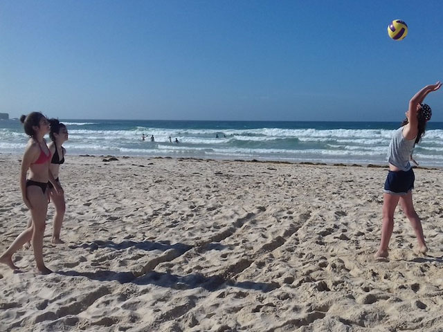 adolescentes jouant au beach volley en colo au portugal