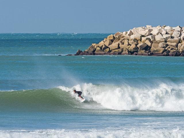 Adolescent faisant du surf en colonie de vacances au Portugal