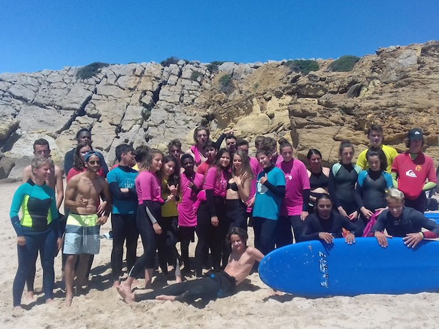 groupe d'ados sur une plage au portugal cet été