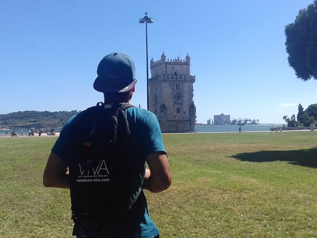 ado observant les paysages du portugal en colonie de vacances