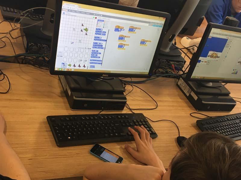 enfant apprenant à coder un jeu video en colo cet été