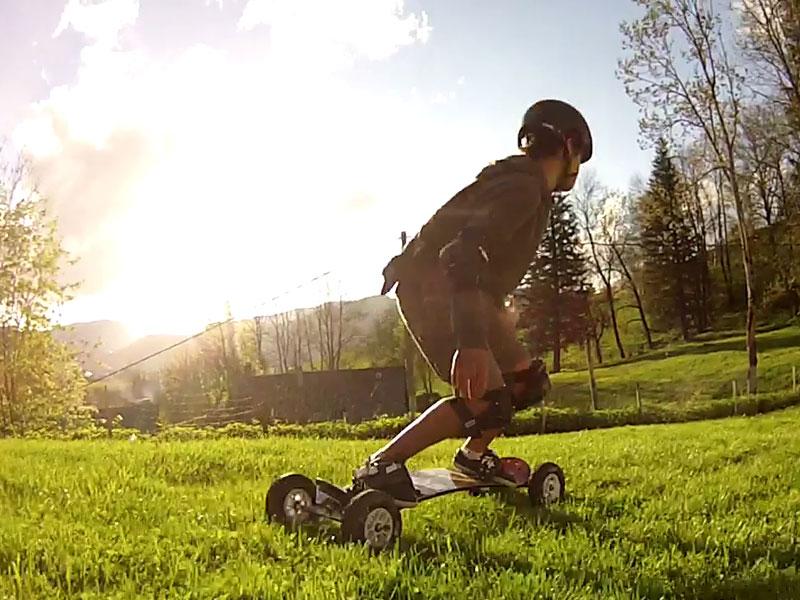 Enfant qui pratique le Mountainbord