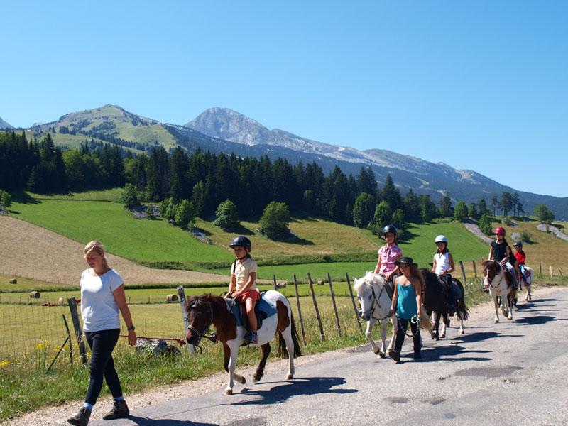 Groupe d'enfants qui se promènent à cheval