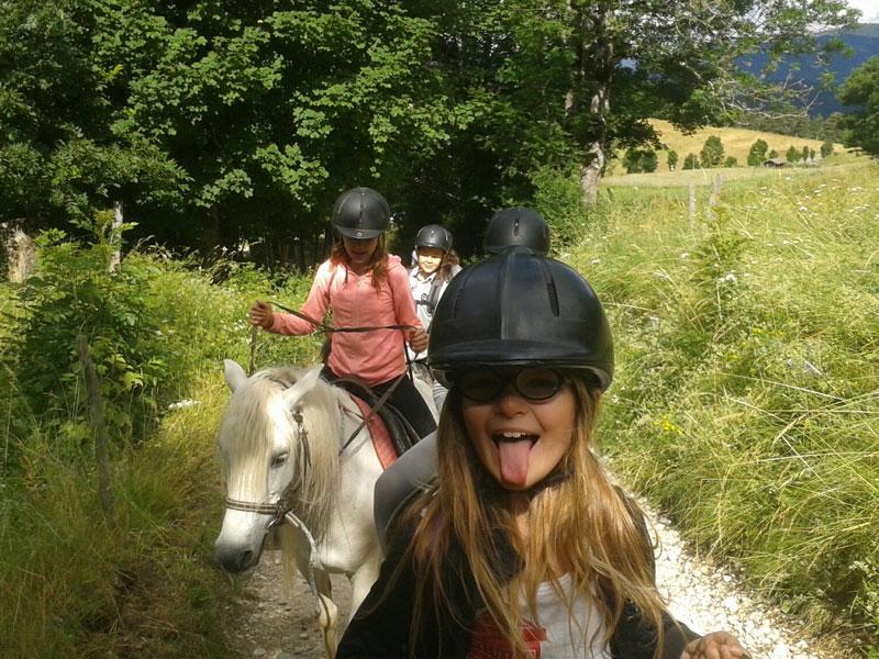 Jeune fille sur un cheval