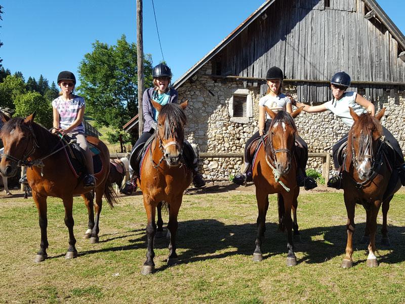 Quatre jeunes filles sur des chevaux