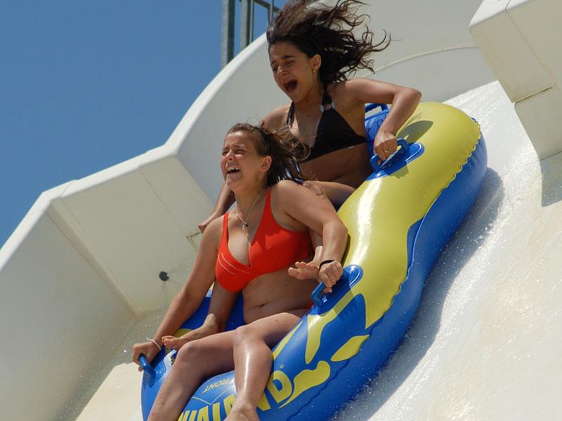 deux adolescentes dans une bouée à aqualand