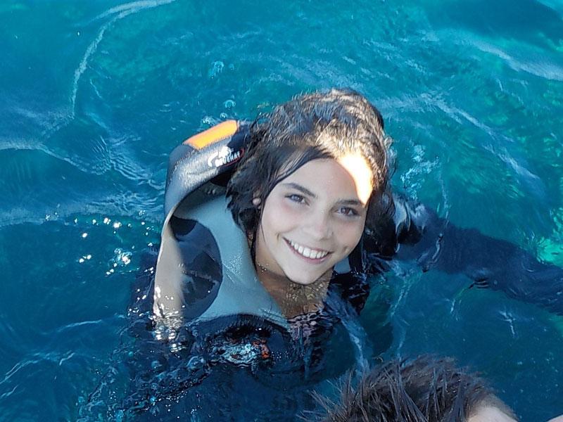 Jeune fille dans l'eau en colonie de vacances