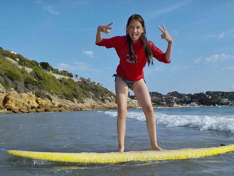 enfant qui pratique le paddle en colonie de vacances