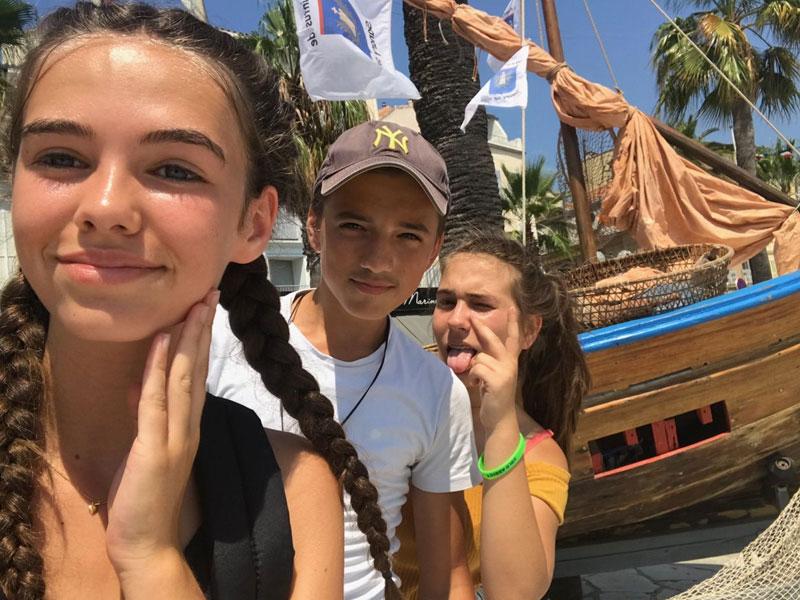 Groupe d'enfant au bord de la mer