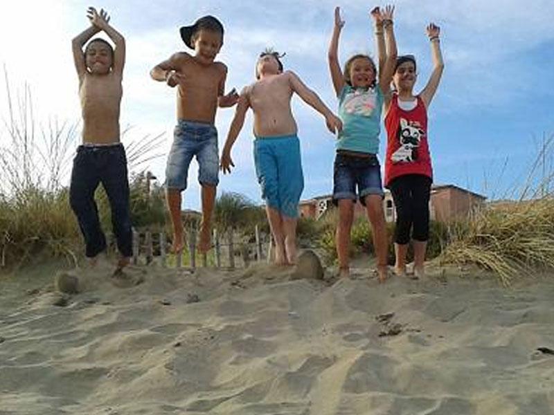 Enfants qui jouent sur la plage