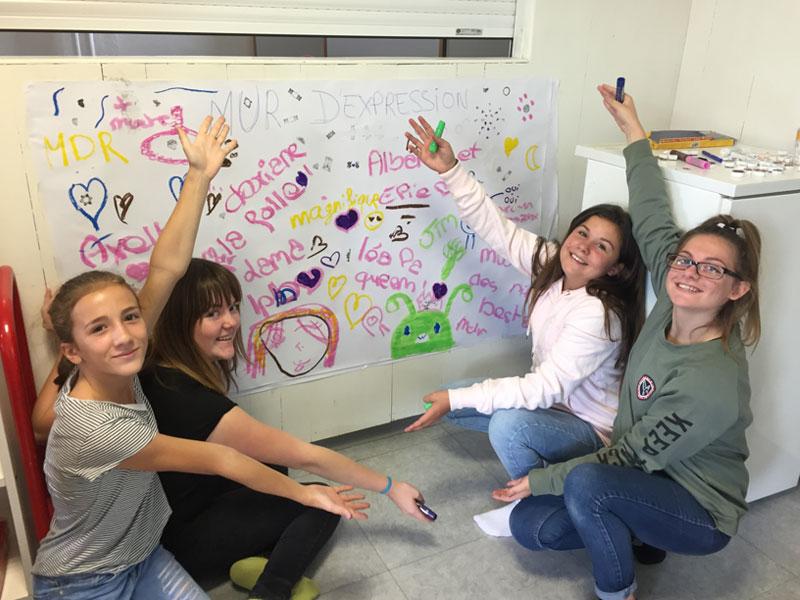 Groupe d'enfants qui dessinent sur une fresque