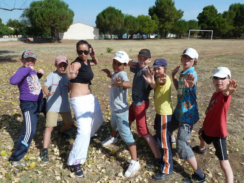 Groupe d'enfants avec leur animatrice l'été