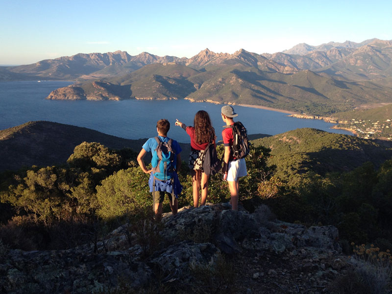 Groupe d'ados de dos en Corse