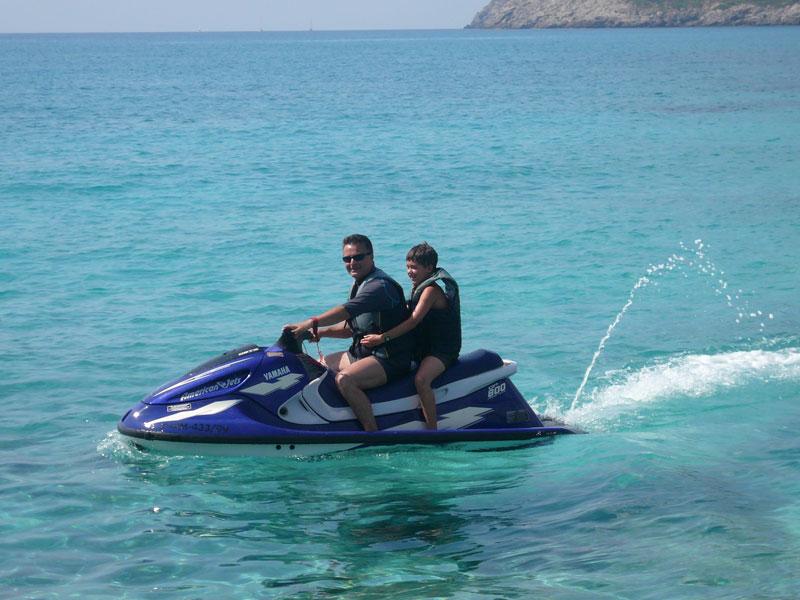 Ados qui fait du Jet-ski en colonie de vacances