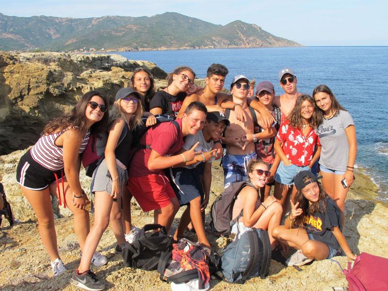 Groupe d'ados au bord de la falaise Corse en vacances
