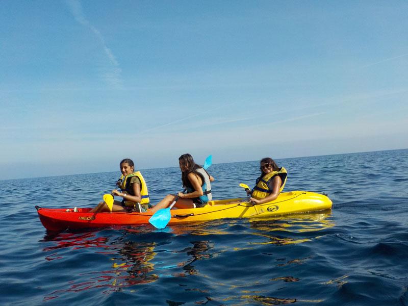 Groupe  de jeunes qui pratiquent la canoë en Corse