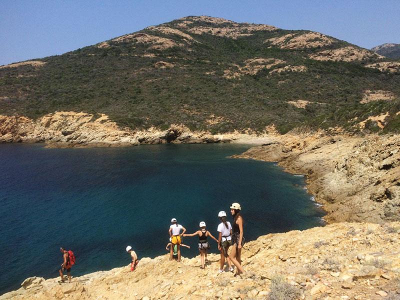 Jeunes au bord de l'eau en Corse