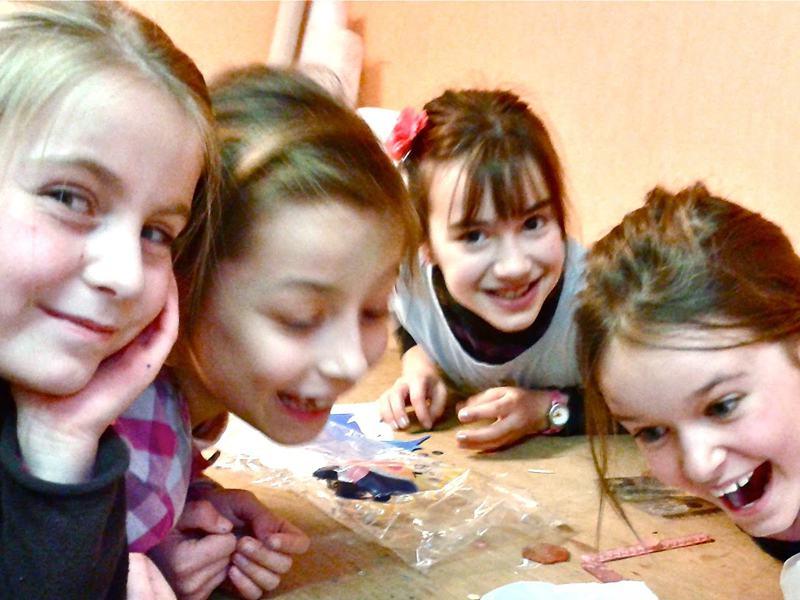 Groupe d'enfants faisant des activités manuelles  en colonie de vacances d'été