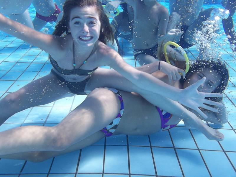 Enfants à la piscine en colonie de vacances d'été artistiques