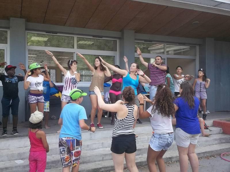 Groupe d'enfants et adolescents répétant une chorégraphie en colonie de vacances artistique
