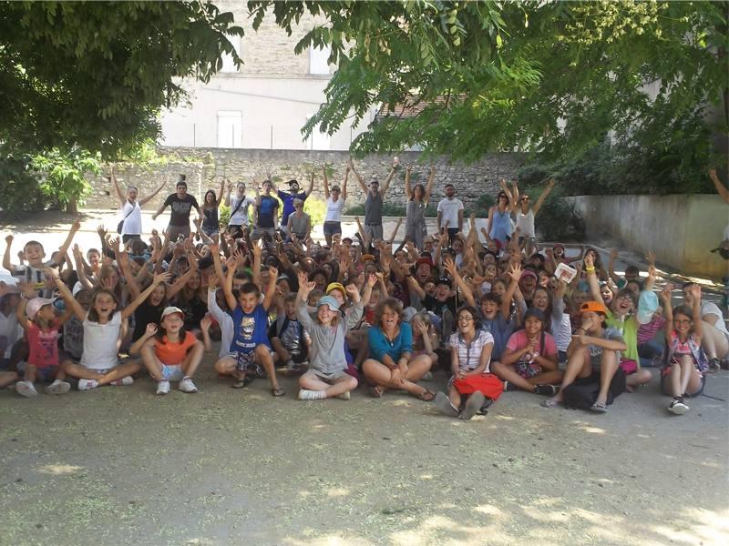 Groupe d'enfants en colonie de vacances artistiques cet été