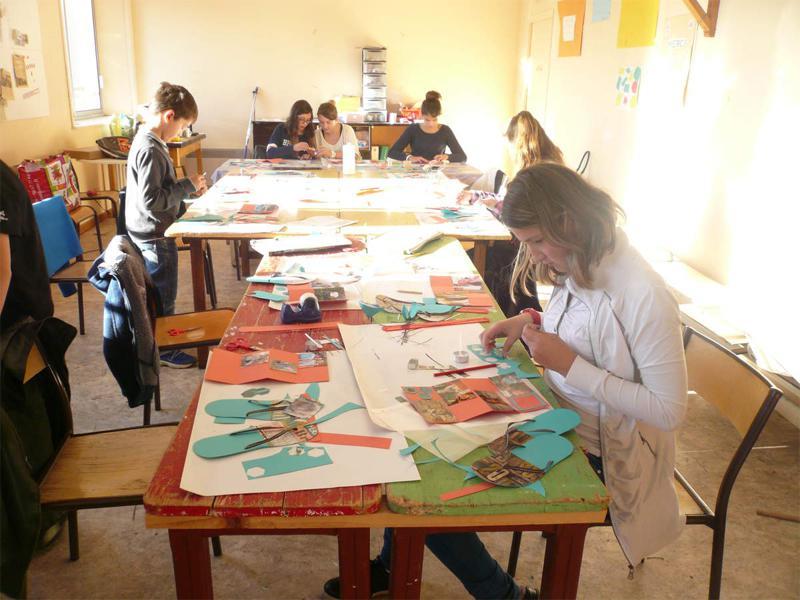 Enfants en colonie de vacances artistiques faisant du scrapbooking