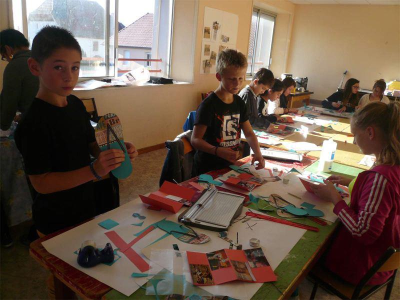 Groupe d'enfants en colonie de vacances artistique faisant du scrapbooking
