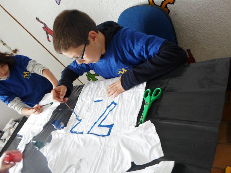 Enfant faisant de la peinture sur t shirt en colonie de vacances artistiques