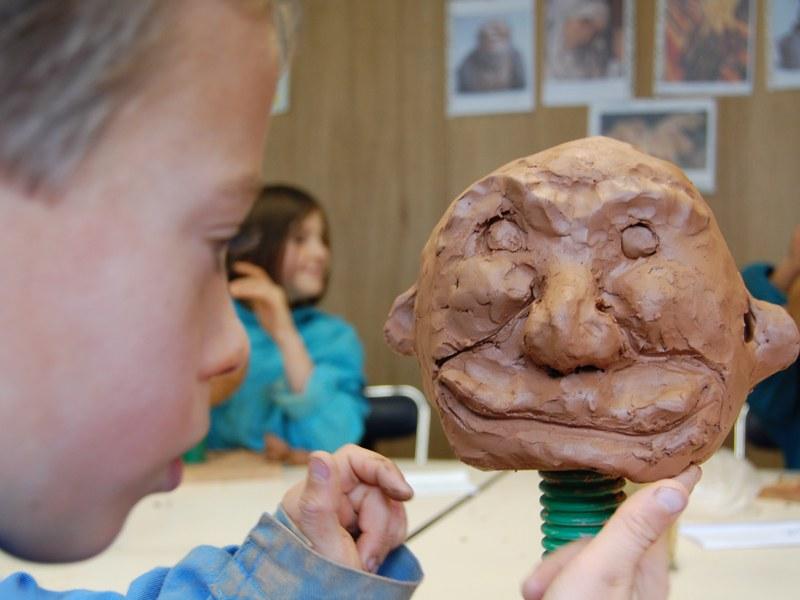 Enfant faisant de la sculpture en colonie de vacances d'été