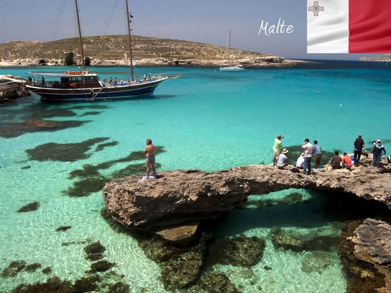Adolescents en bord de mer en colonie de vacances à Malte