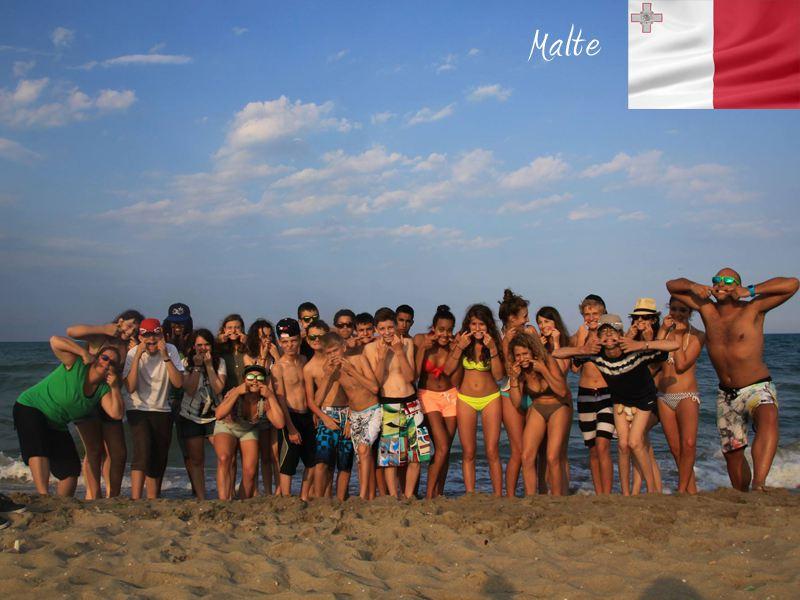 Groupe d'adolescents à la plage à Malte en colonie de vacances