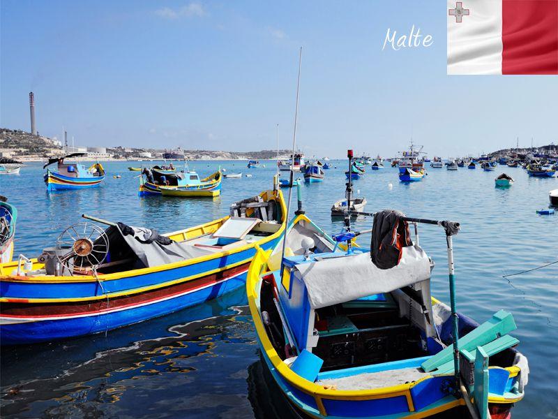 Bateaux amarrés au port de Malte en colonie de vacances de printemps