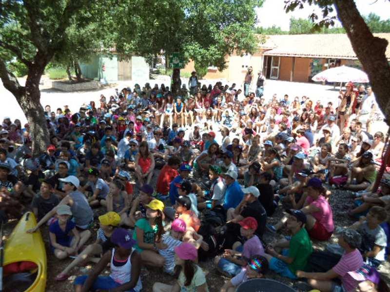Groupe d'enfants en colonie de vacances à Bauduen