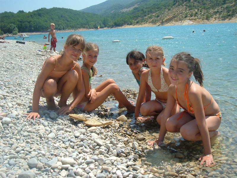 Groupe d'enfants au bord du lac Sainte croix à Bauduen en colonie de vacances
