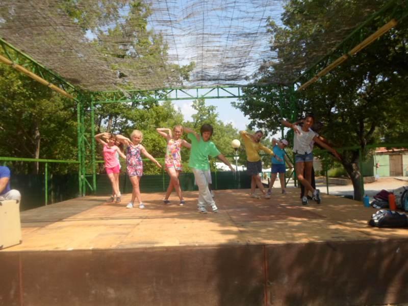 Enfants répétant une chorégraphie en colonie de vacances d'été multiactivités