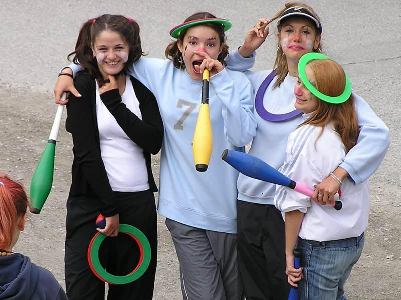 jeunes filles faisant du cirque en colonie de vacances d'été en aout