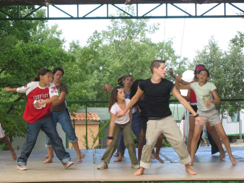 groupe d'adolescents faisant de la danse en colonie de vacances fin aout
