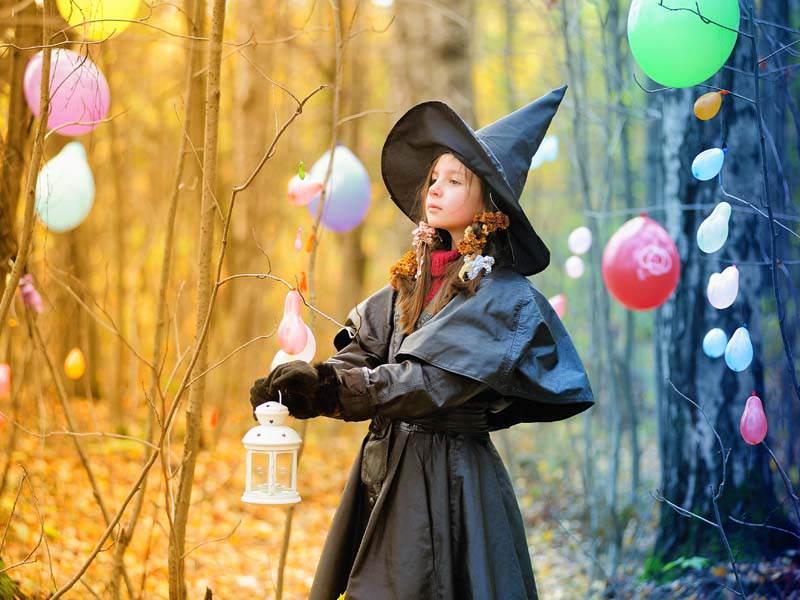 Jeune fille déguisée en sorcière en colonie de vacances