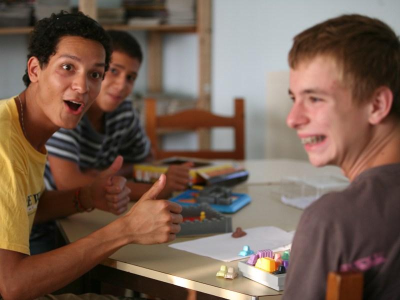 Adolescents jouant aux jeux de société