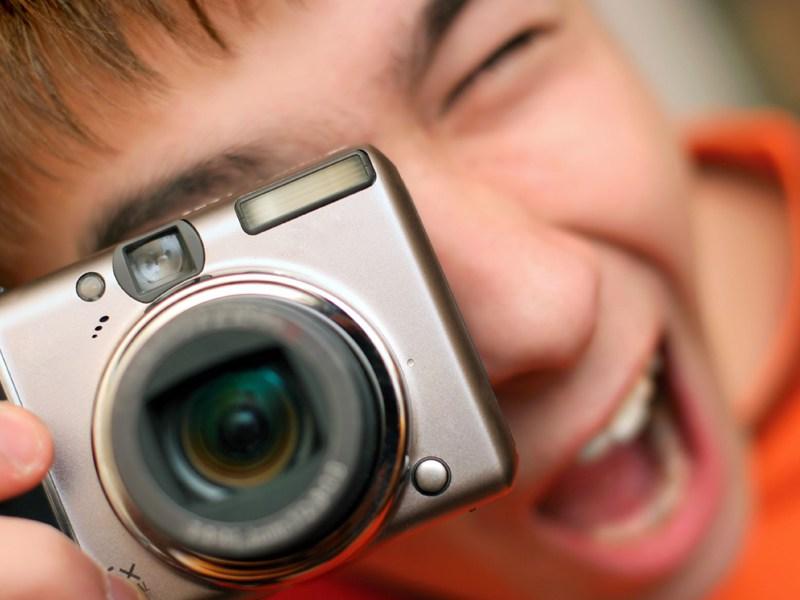 Jeune ado avec un appareil photo en colonie de vacances en France