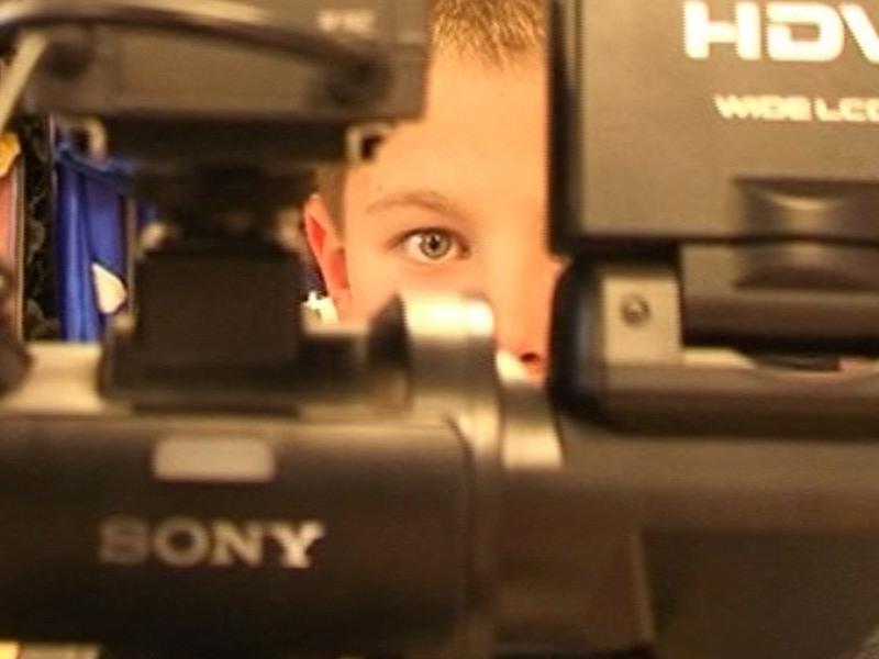 Portrait d'un enfant avec une caméra en colonie de vacances photo et vidéo