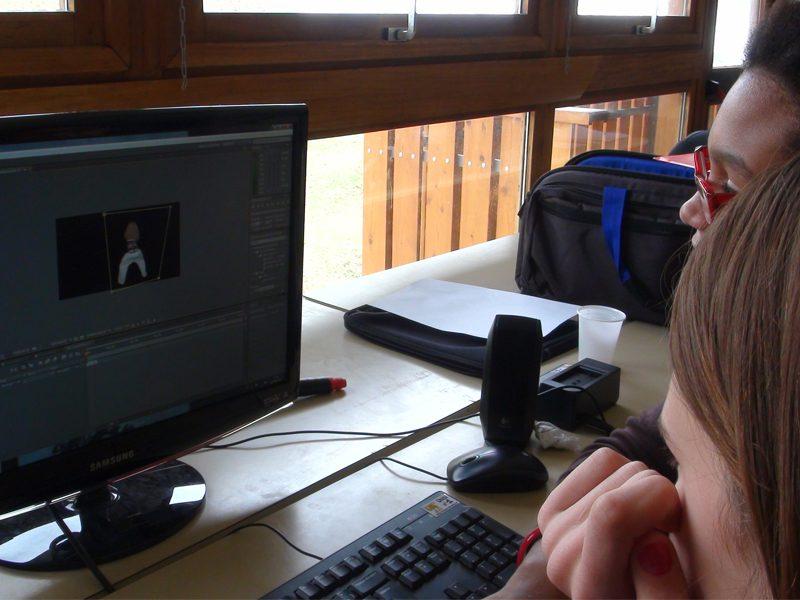 Enfants faisant du montage vidéo en colonie de vacances