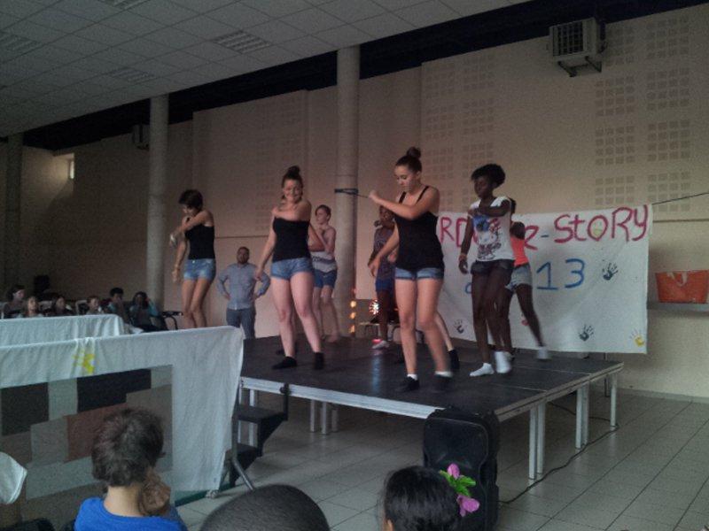groupe d'ados en colonie de vacances faisant de la danse