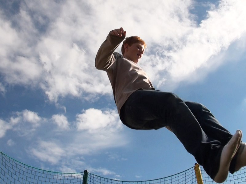 ado faisant du trampoline en colonie de vacances cet été
