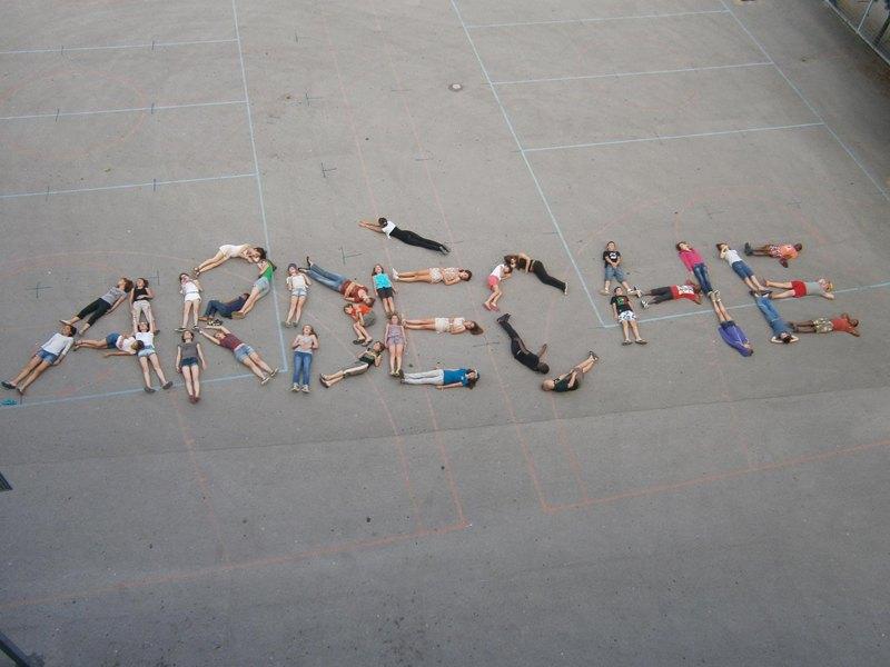 Groupe d'enfants vu du dessus formant le mot ardèche en colo